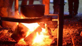 KEDER DU DIG I DIN VINTERFERIE? – Opskrift på vikingegryde over bål